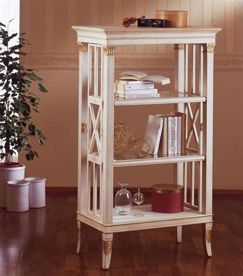 piccole librerie in legno piccola libreria in legno decorazioni in foglia oro per