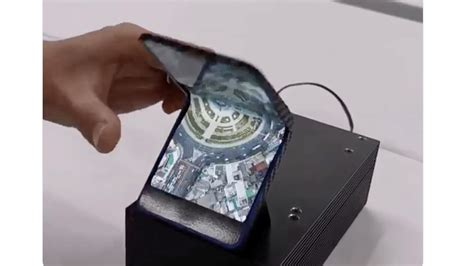 report samsung working a foldable clamshell smartphone