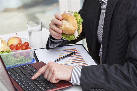 repas au bureau manger à poste de travail législation ooreka