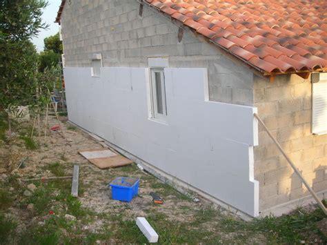 la pose de polystyr 232 ne extrud 233 sur les murs worker