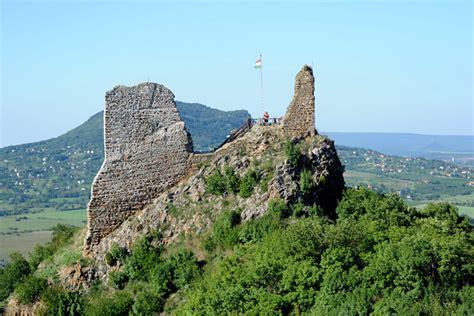 A szigligeti vár a balaton felvidék leglátványosabb vára, melyet a pannonhalmi apátság építtetett 1260 és 1262 között. A hat legszebb vártúra a Balatonnál