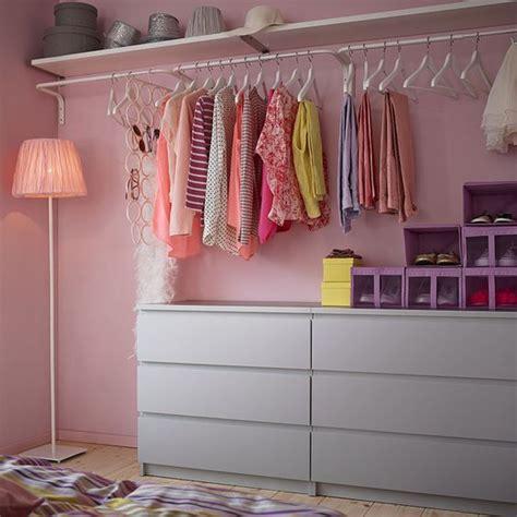 ikea chambre malm une chambre avec miroir commode et tringles à vêtements
