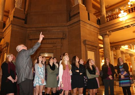 tour bureau tour guide brings to statehouse history