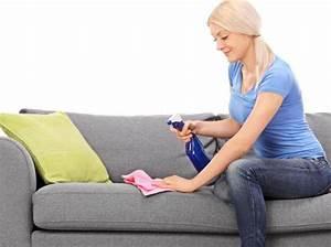 10 objets sales qu39on ne pense jamais a nettoyer tout With nettoyage tapis avec canapé faux cuir
