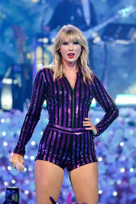 taylor swift shakes  drama  fun concert performance