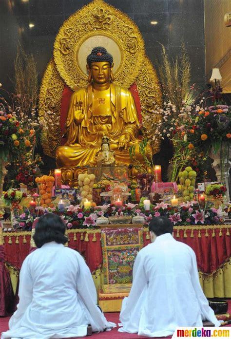 foto kekhusyukan ratusan umat buddha peringati hari raya waisak merdekacom