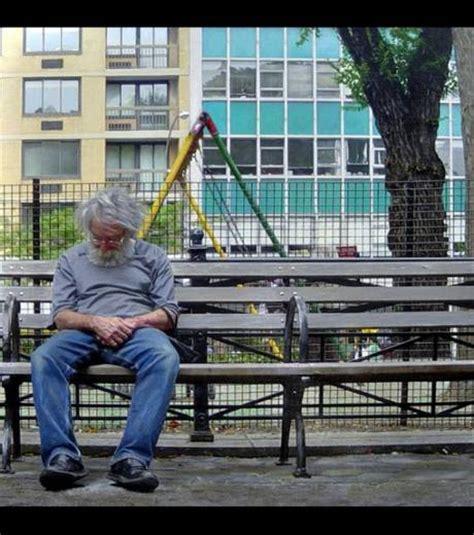 photo un vieil homme assis sur un banc