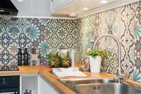 papier peint uni pour cuisine dosseret de cuisine artisanal grâce aux carreaux de ciment multicolores design feria