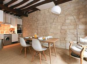 Decoration d39un salon avec chaises eames table bois for Deco cuisine avec chaise de salon en cuir