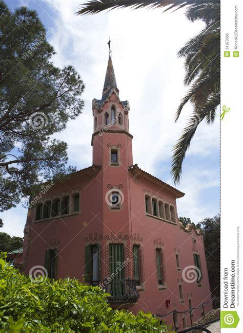 la maison de gaudi avec la tour en parc guell le 10 mai 2010 image 233 ditorial image 51873065