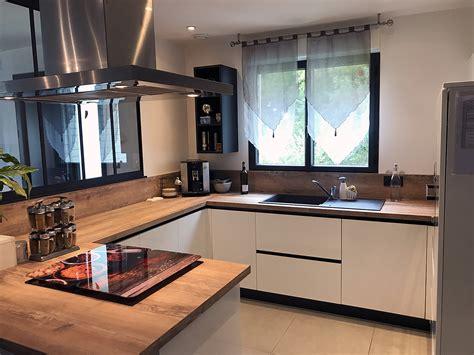 cuisines en u cuisine avec verrière en bois laqué blanc et plan de