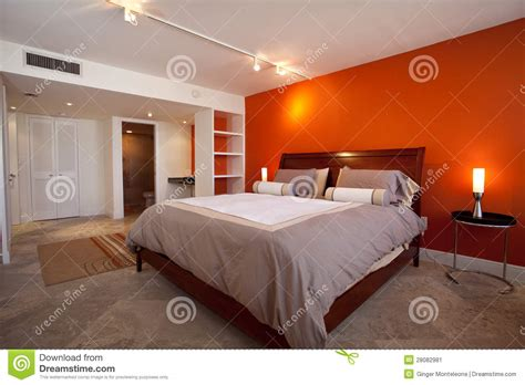 le chambre à coucher chambre à coucher avec le mur orange image stock image