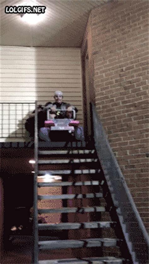 fail chute dans les escaliers image animated gif