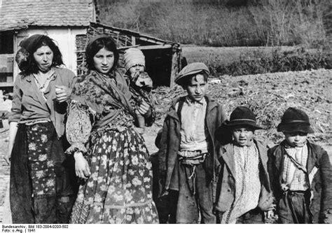 Roma und sinti sind seit jahrhunderten in deutschland beheimatet, dennoch werden sie von vielen mitbürgern abgelehnt. File:Bundesarchiv Bild 183-2004-0203-502, Bei Agram ...