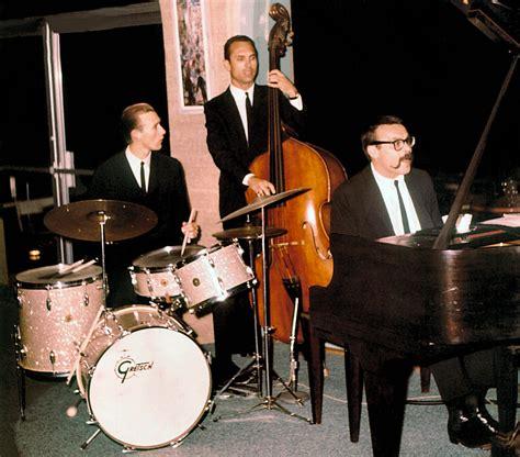 vince guaraldi trio christmas song vince guaraldi trio lyrics music news and biography