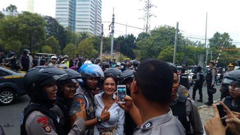 Weleh Pak Polisi Rebutan Foto Bersama Nikita