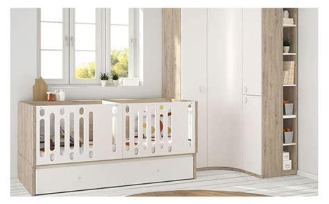 chambre jumeaux chambre convertible pour jumeaux armoire et lit bébé