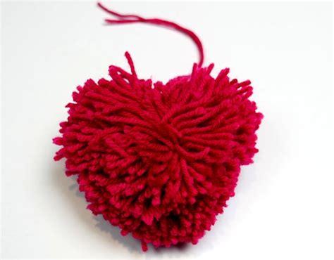 faire un pompon en activit 233 s manuelles comment faire un pompon en forme de coeur fr hellokids
