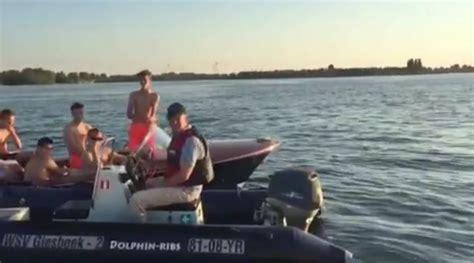Speedboot Op Naam Zetten by Dumpert Nl Discussie Met Politie Te Water