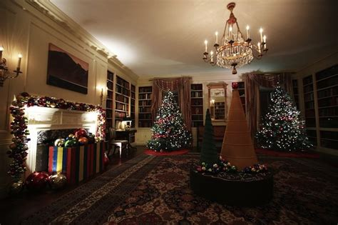 check   obamas  white house holiday decorations