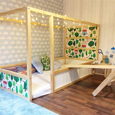 Lichterkette Ikea Bett by Ikea Kura Bett Umgestalten Holz Hell Tapete Wolken Motive