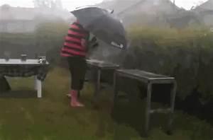 Grillen Im Regen : bbq grill in the rain gif backyardgrill rain umbrella discover share gifs ~ Frokenaadalensverden.com Haus und Dekorationen