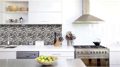 credence en carrelage pour cuisine du carrelage adhésif pour relooker vos murs