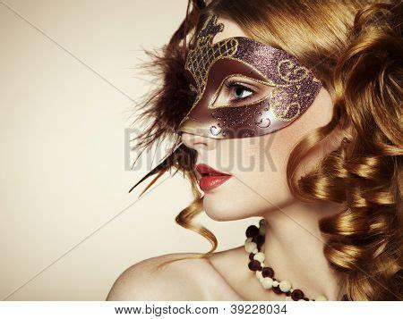 schöne haarschnitte frauen sch 195 182 ne junge frau in braun geheimnisvoll venezianische maske stockfotos stockbilder bigstock