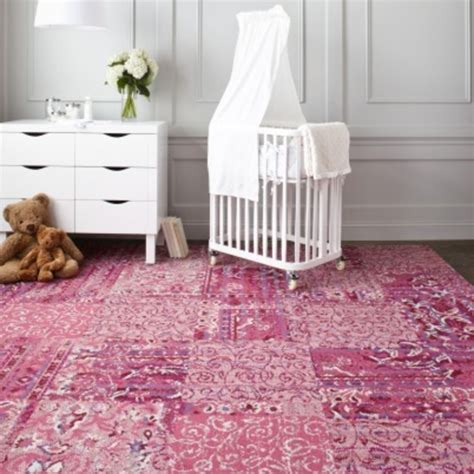 tapis pour chambre fille le tapis chambre bébé des couleurs vives et de l