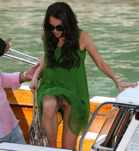 Celebrity Oops Upskirt Flashing Pussy No Panty Photos