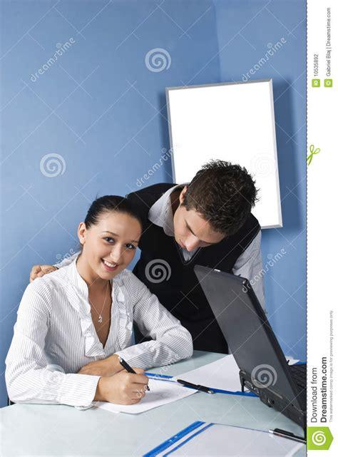 affaires de bureau personne de deux affaires dans un bureau photographie