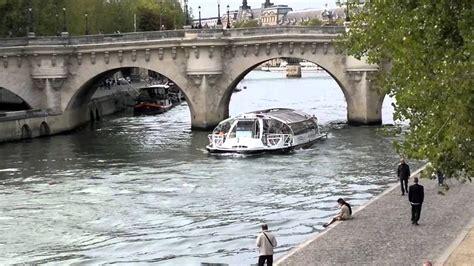 Bateau Mouche Sous Un Pont by Passage D Un Bateau Mouche Sous Le Pont Neuf Youtube