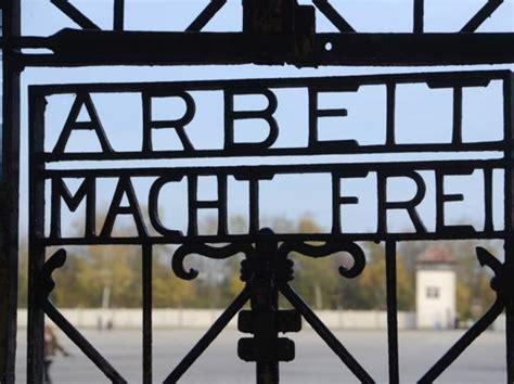 scritta ingresso auschwitz dopo auschwitz rubata la targa 171 arbeit macht 187 di