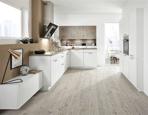Kleine Küchen L Form by Wohnliche L Form K 252 Che Mit Wei 223 En Und Steindekor Fronten