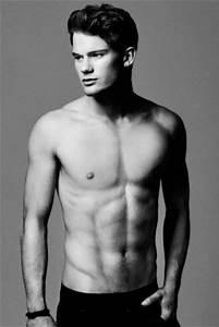 Jeremy Irvine Gay or Straight: Girlfriend, Shirtless ...