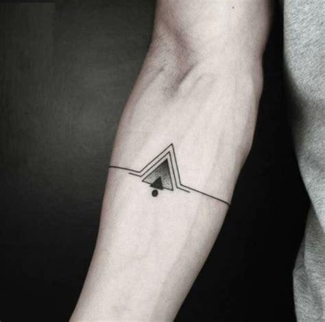 kleine tattoos maenner  einzigartige ideen symbolik