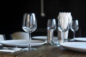 Mikrowelle Geschirr Glas : geschirr glas und platten mit servietten am restauranttisch stockfoto bild von kaffee ~ Watch28wear.com Haus und Dekorationen