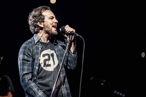 """Eddie Vedder Covers The Beatles' """"magical Mystery Tour"""