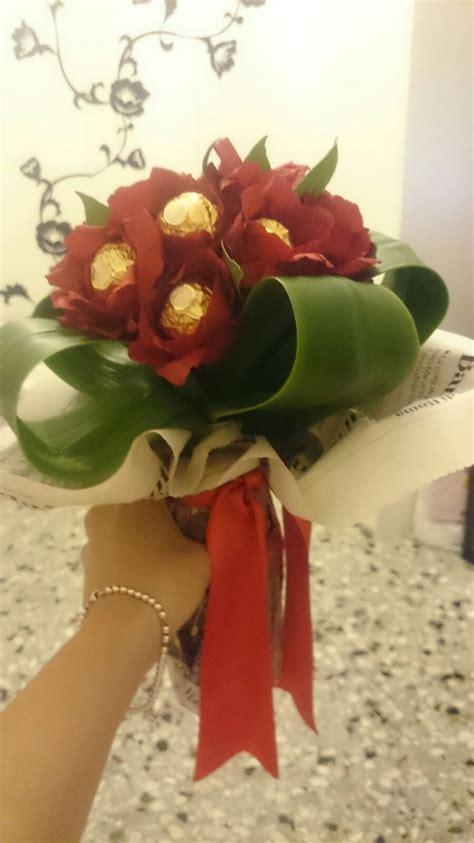 mazzo di fiori laurea mazzo di fiori per laurea con cioccolatini ferrero rocher