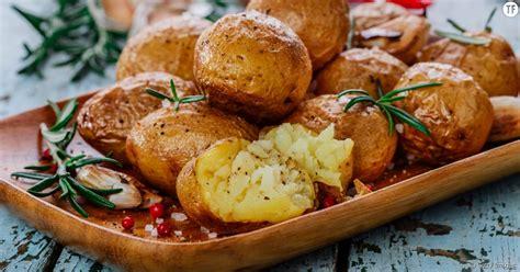 comment cuisiner la pomme de terre comment cuire des pommes de terre fondantes et croustillantes