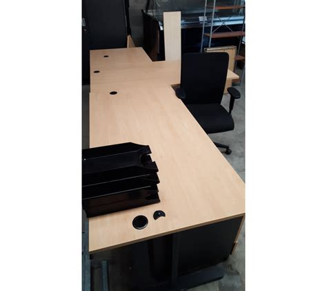chaise bureau roulettes bureau en bois clair avec 2 caissons avec une chaise à