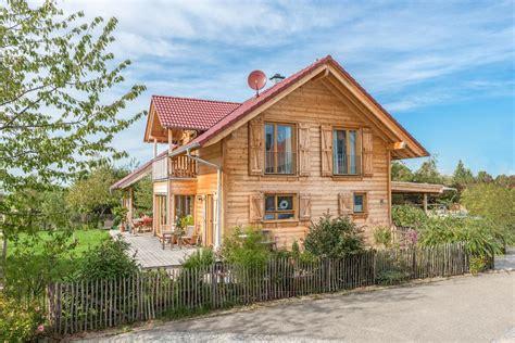 haus aus holz bauen holzblockhaus massivholzhaus bauen in holzbauweise