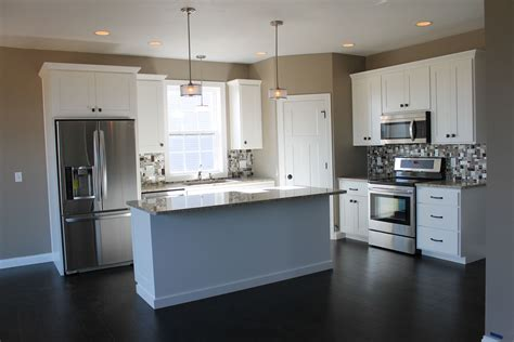 5322 White Kitchen With Large Center Island Kitchen