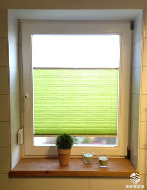fenster rollo plissee gr 252 ner farbtupfer im badezimmer mit einem sichtschutz