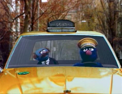 Las luces de neón y los filtros de color bailan ante nuestros ojos y la banda sonora ya toca disonancias, el universo de la película está casi resumido aquí. Grover and Mr. Johnson - Muppet Wiki