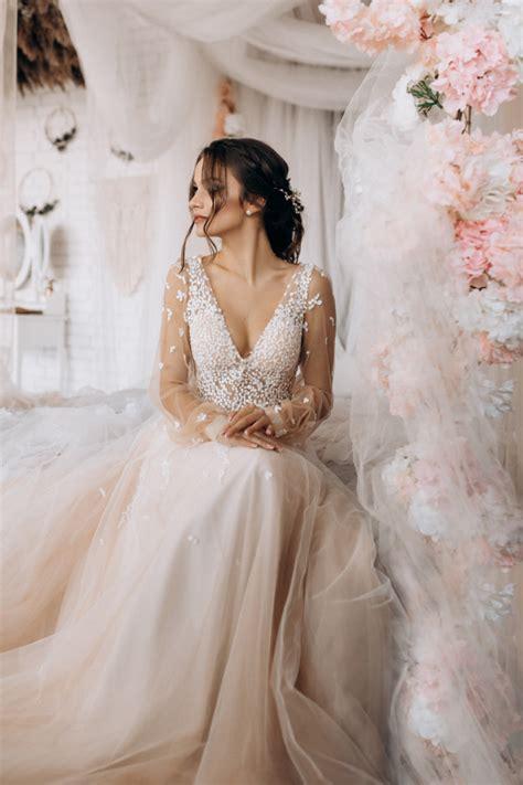 Heutzutage klassische brautkleid, auch wenn es nie der mode geht, ist eher ein tribut an die traditionen oder die wahl der bräute, die. Luxusbraut, die ihr hochzeitskleid trägt | Download der ...