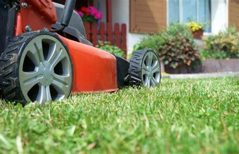 Rasen Mähen Vor Winter by Rasenpflege F 252 R Den Winter Das Gartenmagazin