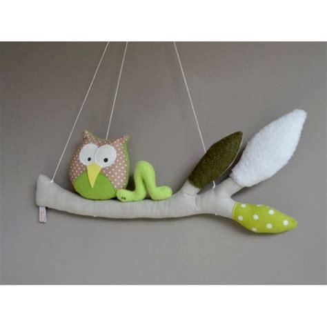 décorer une chambre de bébé mobile une chouette petit ver de terre perchées sur leur