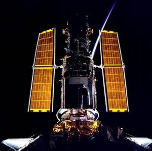 The gold of the Hubble Space Telescope's solar arrays ...