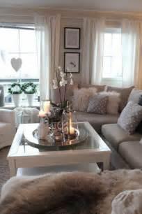 einrichtungsideen wohnzimmer landhausstil gemütliches kleines wohnzimmer mit weißen orchideen auf dem kaffeetisch all